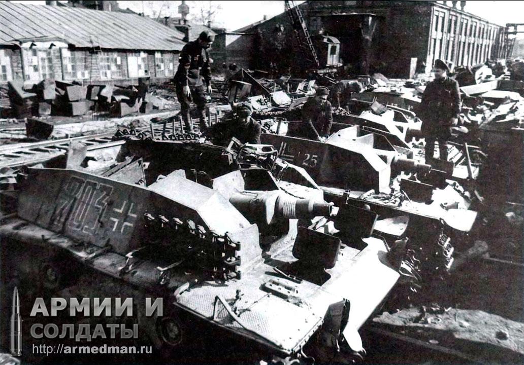 ремонтная-бригада-изучает-трофейные-StuG-III-192-дивизиона-штурмовых-орудий-на-ремонтной-базе-82,-апрель-1942-г