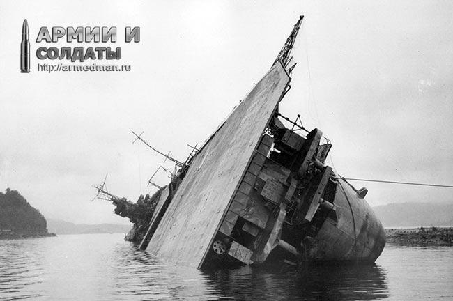 """Авианосец """"Амаги"""" после атаки бомбардировщиков"""