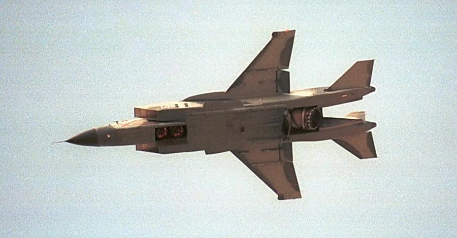 Самолет вертикального взлета и посадки Як-141. Хорошо видна необычная конструкция хвостовой части.