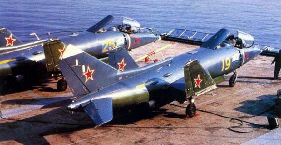 """Як-38, """"предки"""" Як-141 на палубе. Как видно, машины итак очень компактны, а если прибавить, что им не нужен разбег..."""