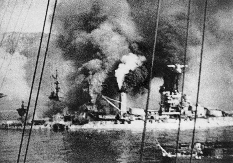 «Прованс» объятый пламенем в гавани Мерс-эль-Кебире, катапульта