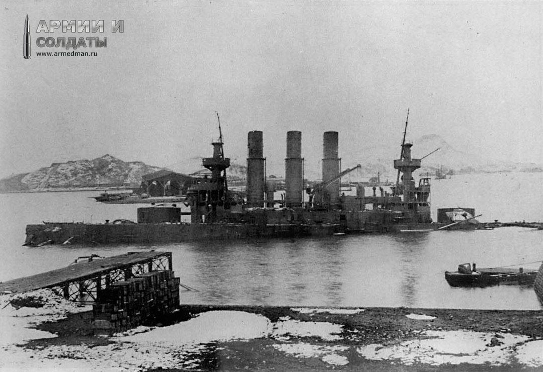 """Броненосец """"Ретвизан"""" из состава 1-ой Тихоокеанской Эскадры, севший после обстрела на грунт (Порт-Артур)."""