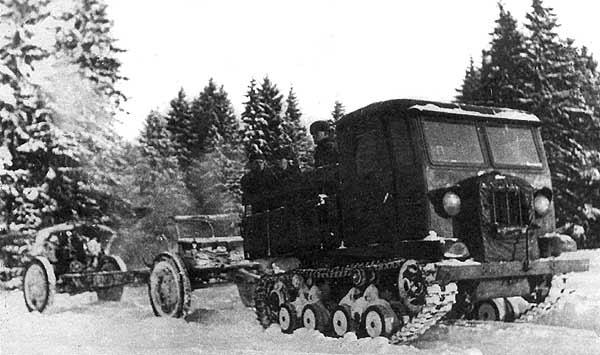 """артиллерийский трактор-тягач СТЗ-5 """"Сталинец"""" буксирует орудие"""