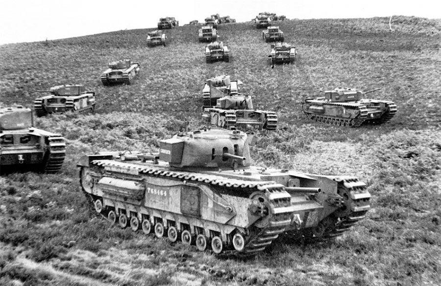 Танки Mark IV «Черчиль» первых моделей. Обратите внимание на второй ствол на лобовом листе - гаубица к вашим услугам!