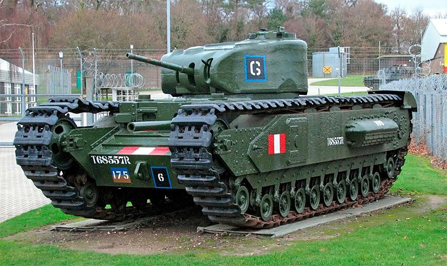 Тяжелый танк Mark IV «Черчиль» первой модели, отлично видна гаубица в лобовом листе. Уже со второй модели её заменили пулеметом