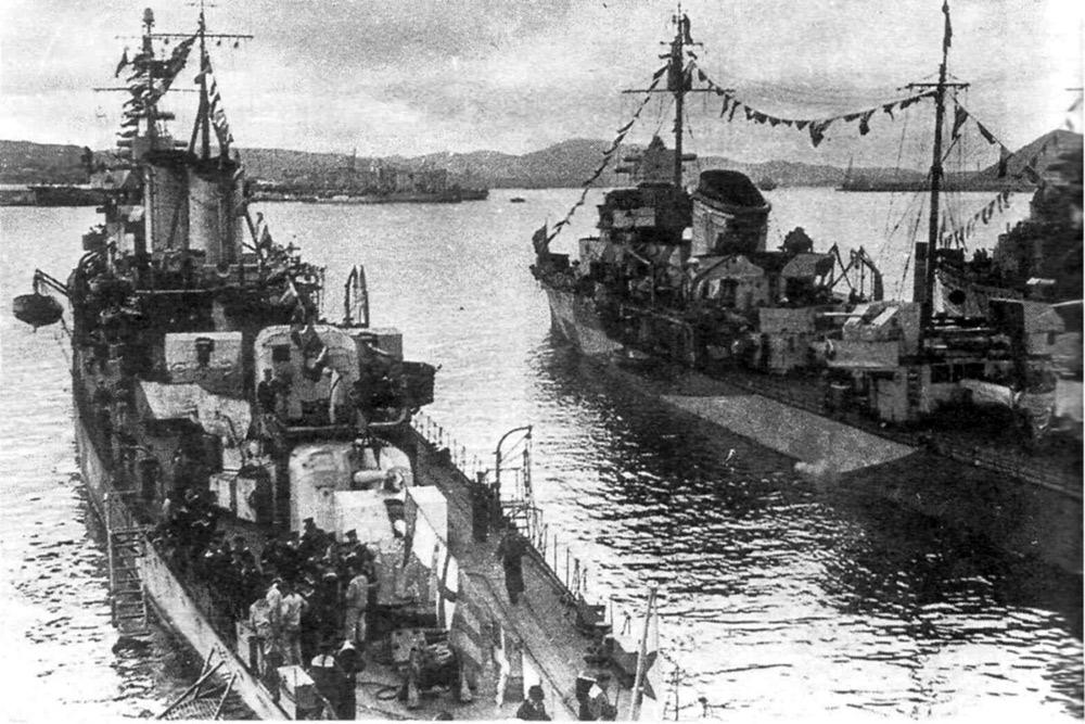 лидер Тбилиси (слева) и эсминец Рьяный (справа)