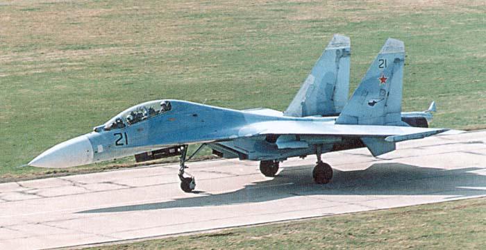 Су-27УБ - учебно-боевой, хорошо видна двухместная кабина