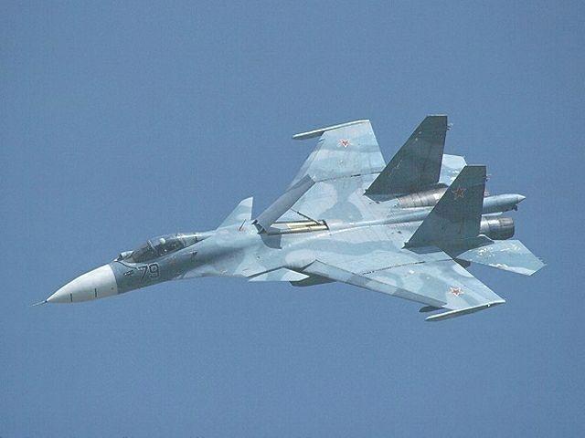 Су-33 - хорошо видно переднее горизонтальное оперение, два небольших крыла за кабиной