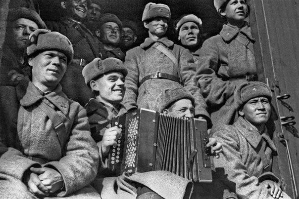 Бойцы одной из сформированных в Сибири дивизий отправляются на на защиту Москвы. Снимок сделан в октябре 1941 го.