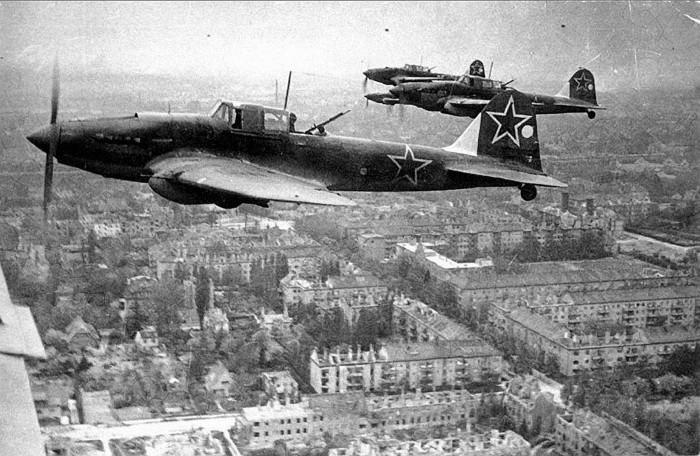 Советские штурмовики Ил-2 над Берлином