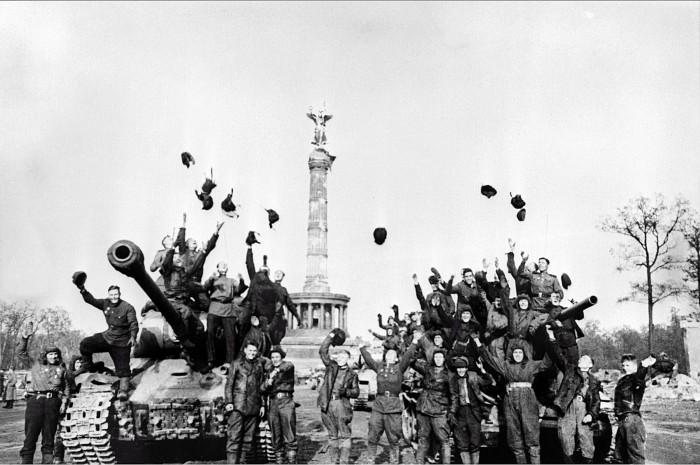 Танкисты 104-го танкового полка 7-й отдельный гвардейский танковой бригады празднуют победу. Снимок Марка Редькина, 5 мая 1945