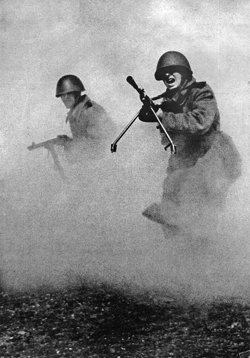 """Фотография Марка Маркова–Гринберга, сделанная в 1943 году. """"За родину"""""""