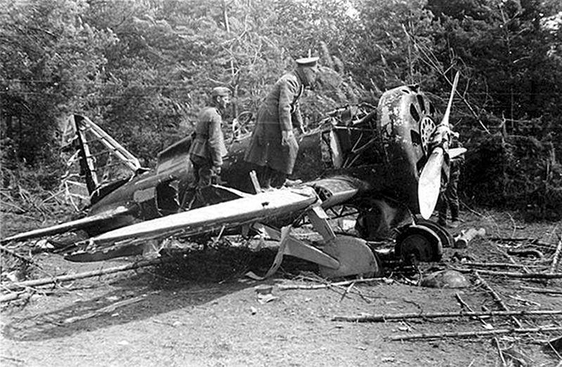 Немецкий офицер осматривает потерпевший крушение истребитель И-16