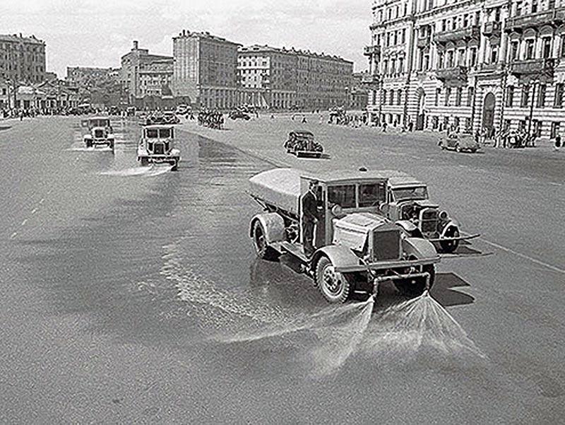 поливальные машины после парада военнопленных 17 июля 1944 года