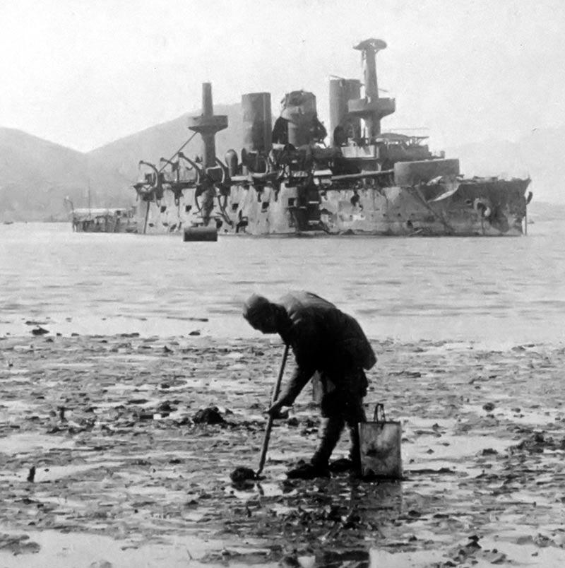 """Разбитый броненосец """"Пересвет"""" в гавани Порт-Артура"""