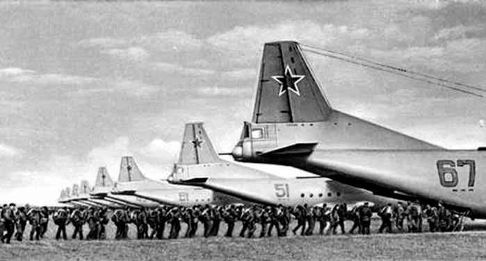 Десантники осуществляют посадку в самолеты Ан-12