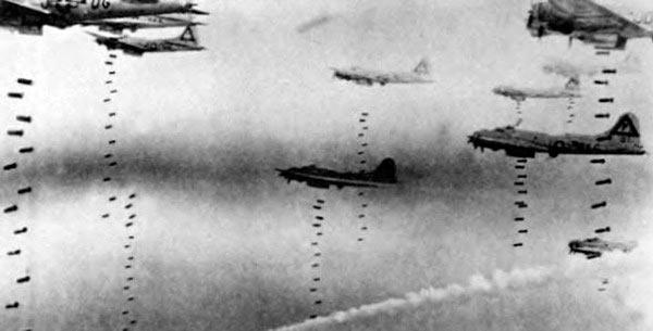 """B-17 """"Летающая крепость"""" сбрасывают бомбы"""