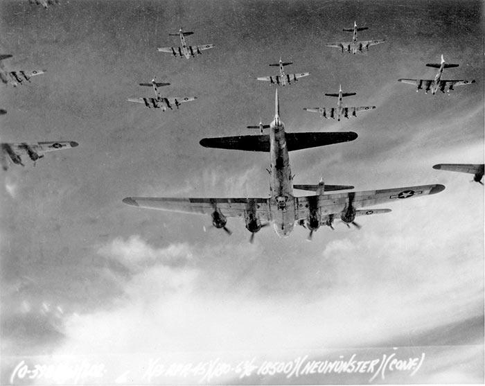 """До 1000 """"летающих крепостей"""" одновременно бомбили Берлин в 1945 году"""