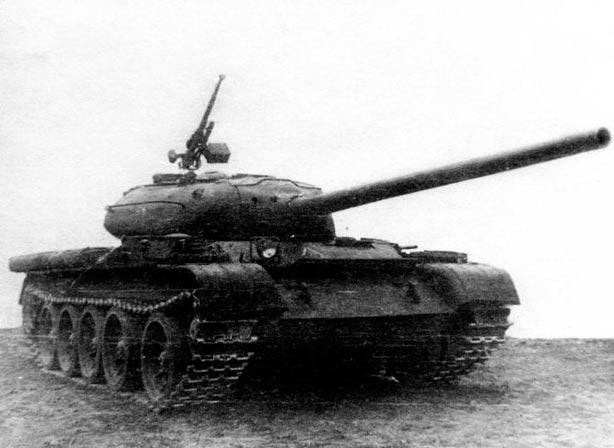 Средний танк Т-54 образца 1946 г. Сходство с Т-44 до степени смешения.