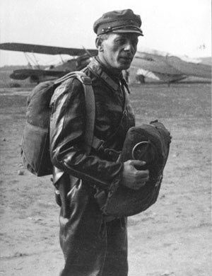 Павел Гроховский с десантным парашютом Г-1