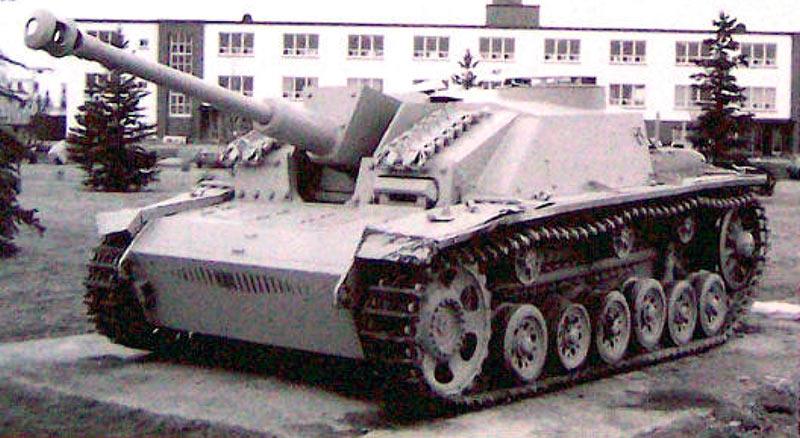 СТУГ-3-модели-G-появился-в-декабре-42,-имел-более-просторное-оевое-отделение-и-команл.-бшенку-кругов