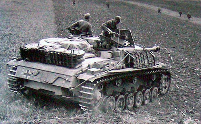 """у этого StuG III на борту своеобразная """"полевая"""" защита - несколько траков от танковой гусеницы. Причем гусеница явно от танка Т-34."""