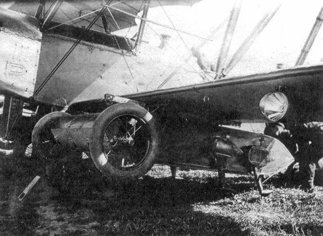 Миниатюрный авиабус под брюхом самолета-носителя.