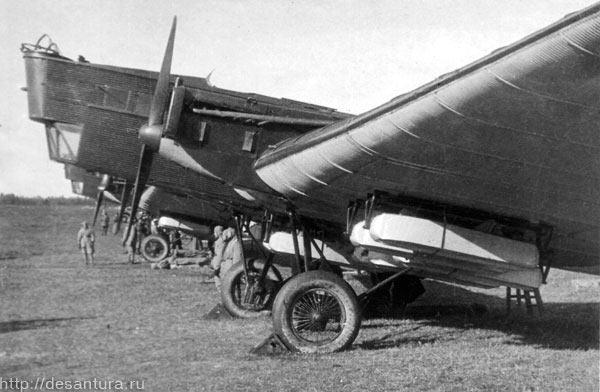 Под крыльями ТБ-1 грузовые сбрасываемые на парашютах контейнеры для оружия, снаряжения и т.п.