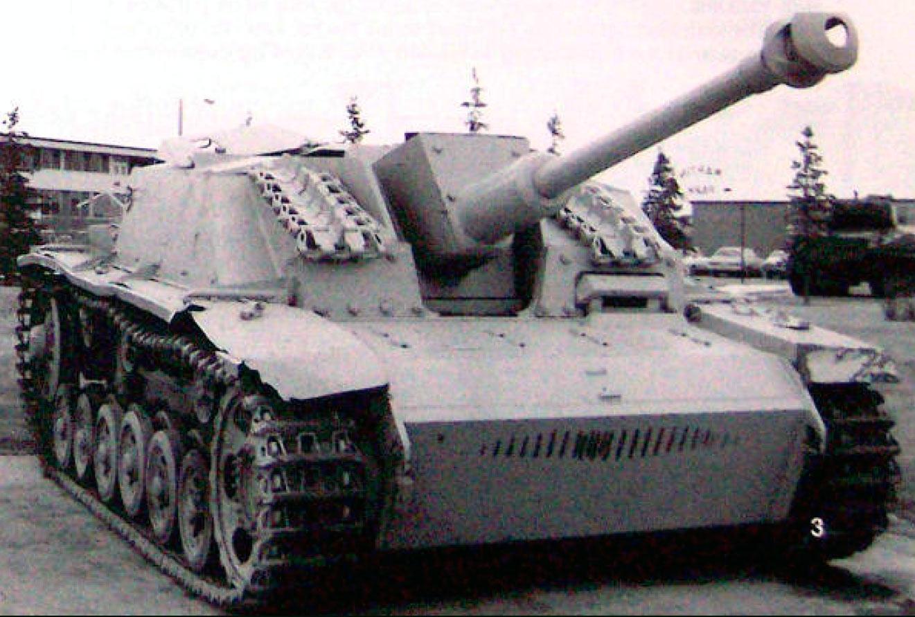 стуг-3-G---лобовая-броня-(50мм)-была-усилена-добавлением-ещё-одной-пластины-30мм-крепящейся-к-корпусу-на-болтах.-практика-сохр.-до-конца-войн
