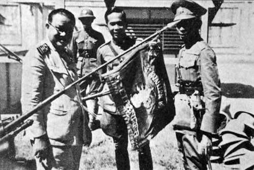 Тайские офицеры позируют с захваченным французским знаменем, 1941 г.