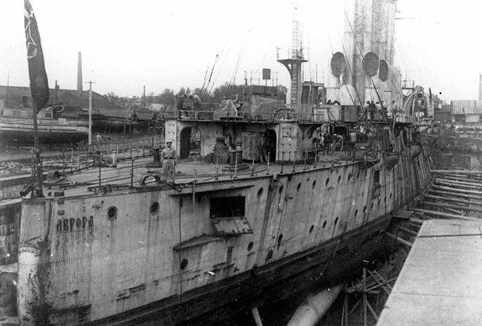 Аврора проходит ремонт, 1923 год. Уже тогда корабль имел весьма солидный для крейсера возраст