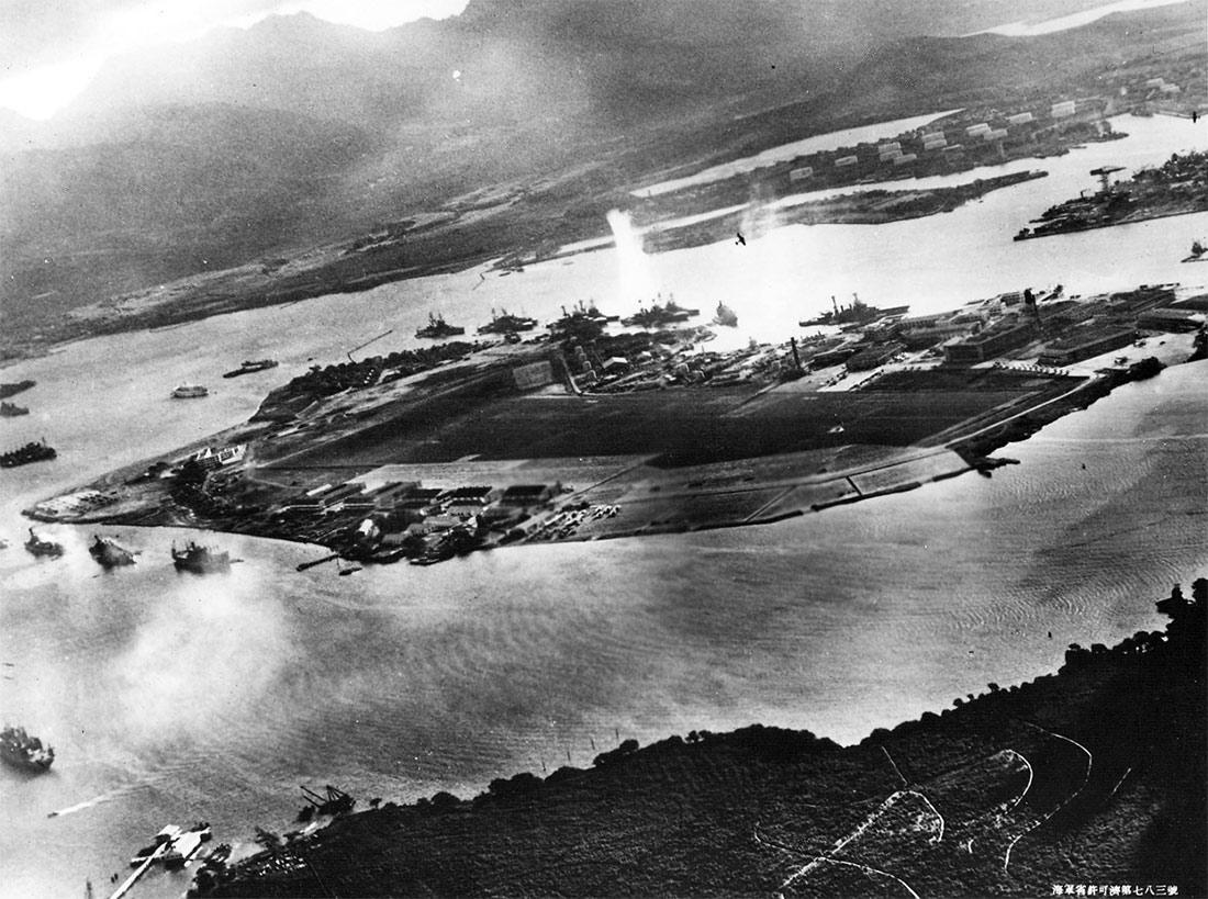 Над Перл-Харбором, 7 декабря 1941 г. Виден остров Форд и американские линкоры у причалов