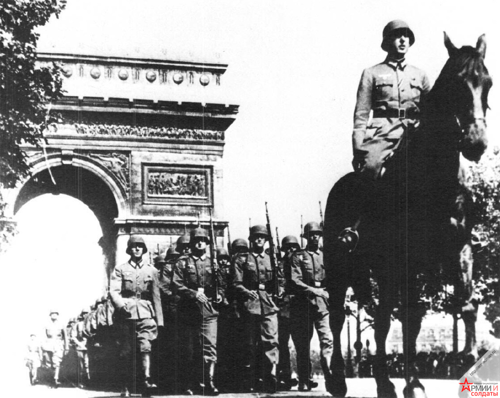 Немецкие солдаты проходят под Триумфальной аркой в Париже, 1940 г.
