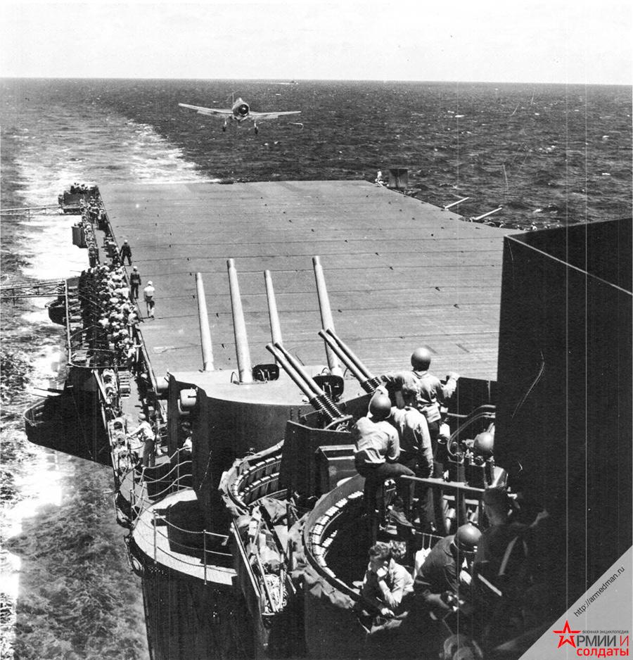 Палубный истребитель F6F-3-Hellcat садится на американский авианосец Лексингтон