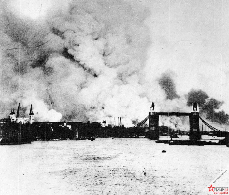 Одна из первых немецких бомбардировок Лондона. Горят городские доки.