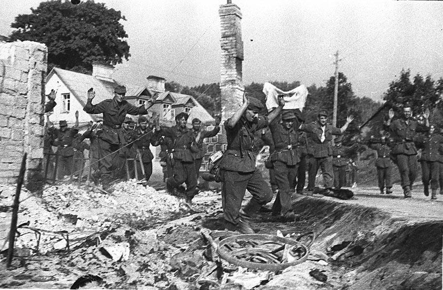 13.07.1944 года Советской армией был освобожден город Вильнюс. Фашисты сдаются в плен.