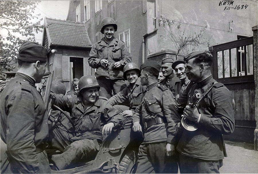 25 апреля 1945 г., американские и советские солдаты накануне победы