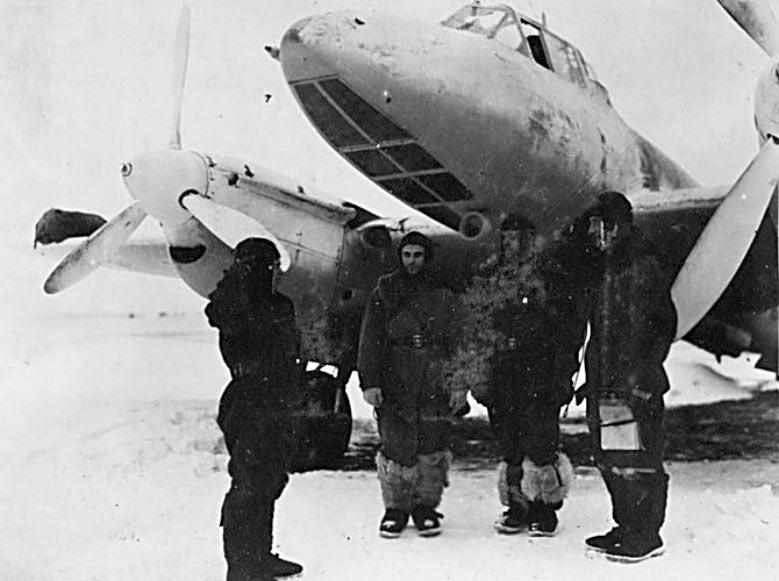 Экипаж бомбардировщика Пе-2 у своего самолета.