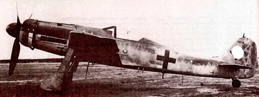FW-190D-9 (или «Дора-9») выделяется длинным носом - всему виной новый двигатель jumo-213. До конца войны их успели изготовить 1805 штук - цифра солидная, однако в полной мере развить потенциал новой машины немцы уже не смогли - в частях нехватало горючего и квалифицированных пилотов. Большая часть из тех машин, что все-таки принимали участие в боевых действиях, применялись на западном фронте.