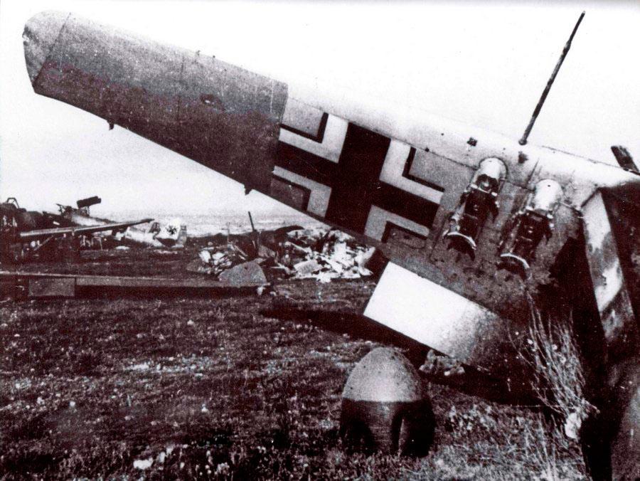 Аэродром Херсонес после налета советской авиации. На крыле на переднем плане видны держатели малых бомб SC-50.