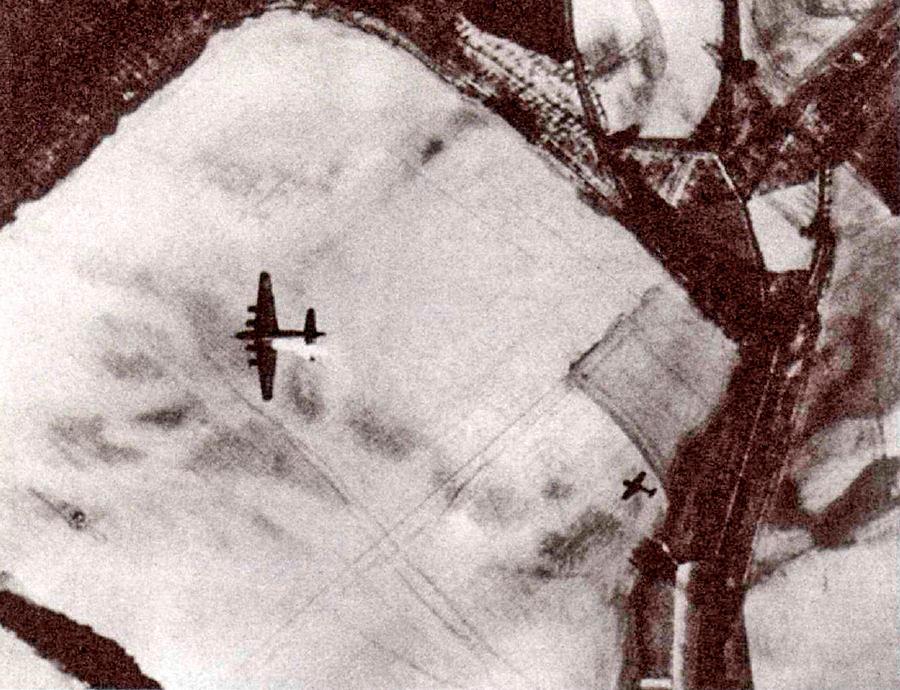 Редкий и очень драматичный кадр - американский B-17 («летающая крепость») с горящим двигателем и атакующий его «фокке-вульф». Фото сделано с машины идущей в более высоком эшелоне.