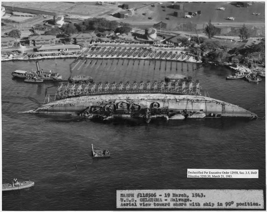 Подъем линкора «Оклахома», перевернувшегося при атаке японцев на Перл-Харбор 19 марта 1943 г.