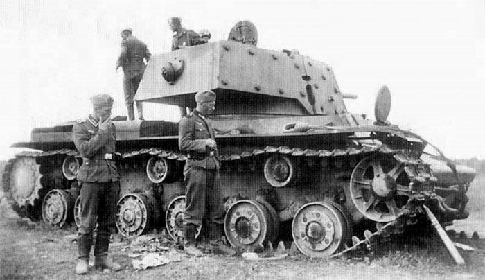 Немецкие солдаты осматривают подбитый тяжелый танк Кв-1, 1941 год.