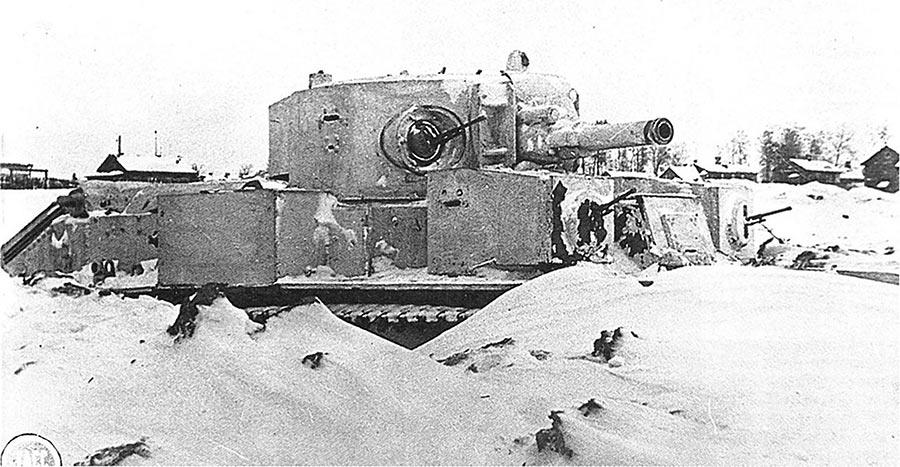 А вот настоящий раритет - один из немногих средних танков Т-28Е, переживших первый год войны. Снимок сделан под Ленинградом 9 декабря 1941 года.