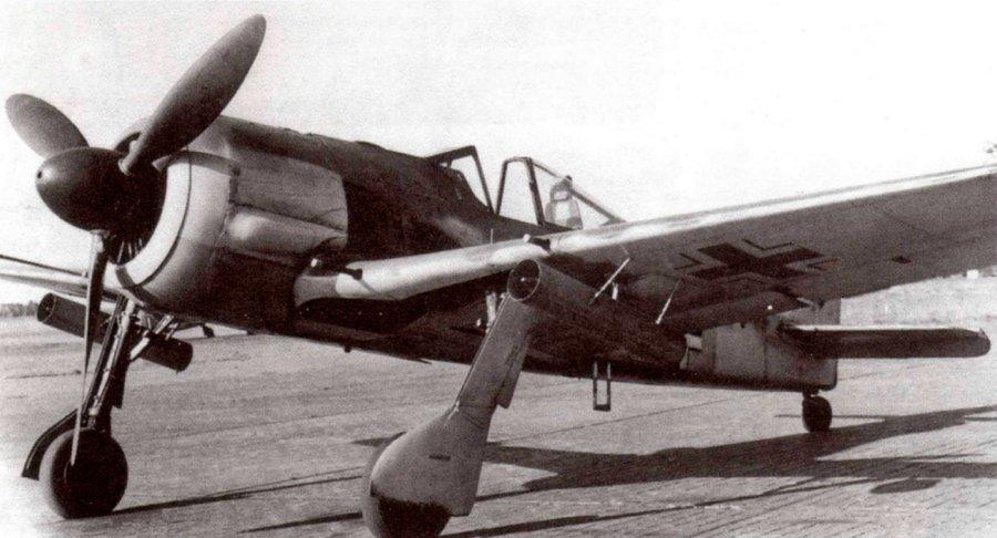 Под крыльями этого «фоккера» пусковые установки неуправляемых реактичных снарядов Wurframmen Granate 21. Имя калибр 210-мм они представляли собой авиационную версию немецкого пятиствольного реактивного миномета.