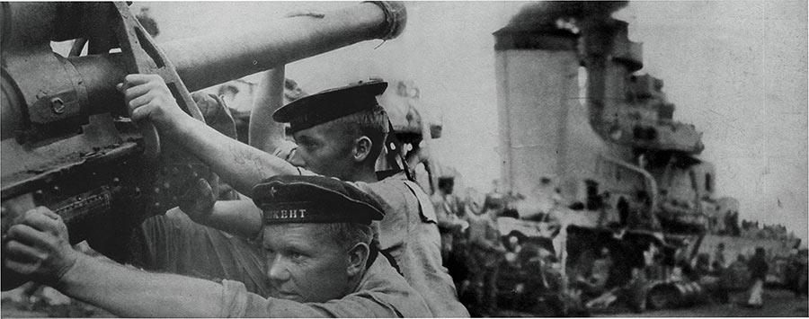 Подготовка к бою 76-мм пушки лидера эсминецев «Ташкент», оборона Севастополя, 1942 год.