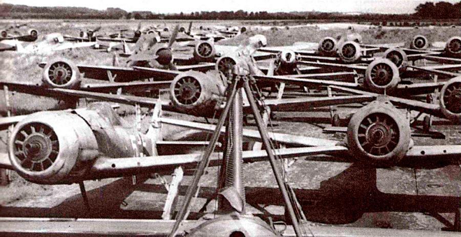 Как птицы с подрезанными крыльями стоят трофейные FW-190 на аэродроме Фленсбург. Винты с них на всякий случай демонтировали.