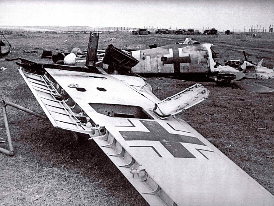 Район Сталинграда, FW-190 сбитый в воздушном бою. Конечно немцы рассчитывали на эффект неожиданности вводя в бой свои новые машины, однако первые же встречи с советскими истребителями показали, что к их появлению уже готовы.