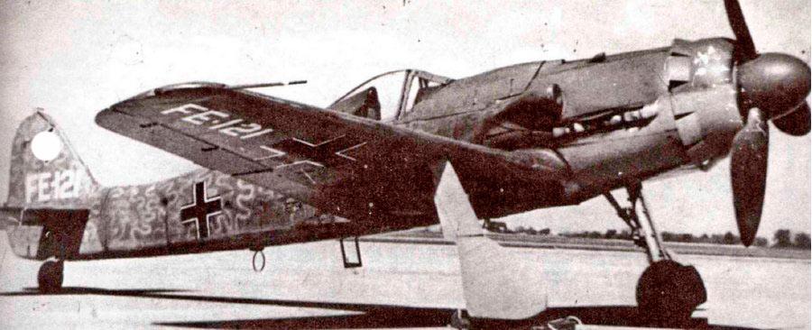 FW-190D-9 пока ещё имеет «родную» окраску, но на плоскости и киль уже нанесена позорная метка «FE», т.е. «трофейное оборудование».