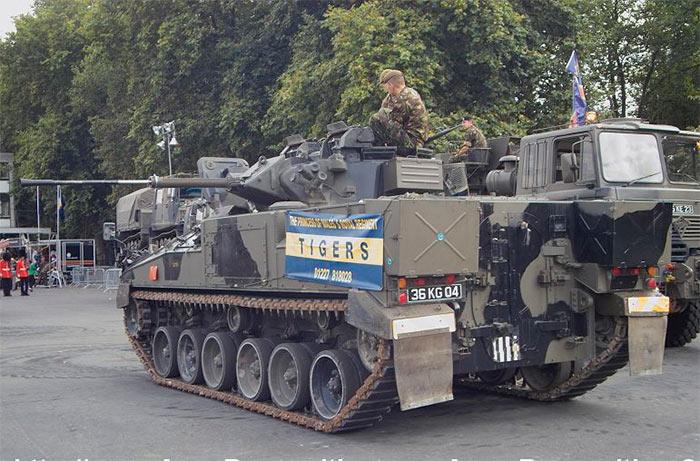 БМП MCV-80 «Уорриор», хорошо видны двери для высадки десанта, в задней части машины